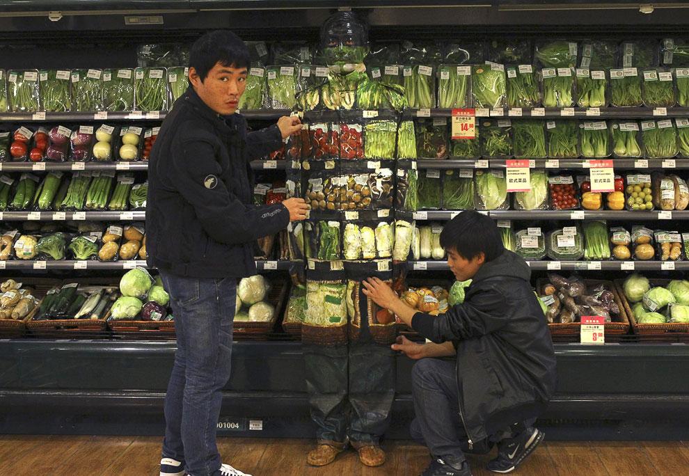 Готово. Лю Болин слился с овощами в супермаркете Пекина, 10 ноября 2011. (Фото Reuters | China