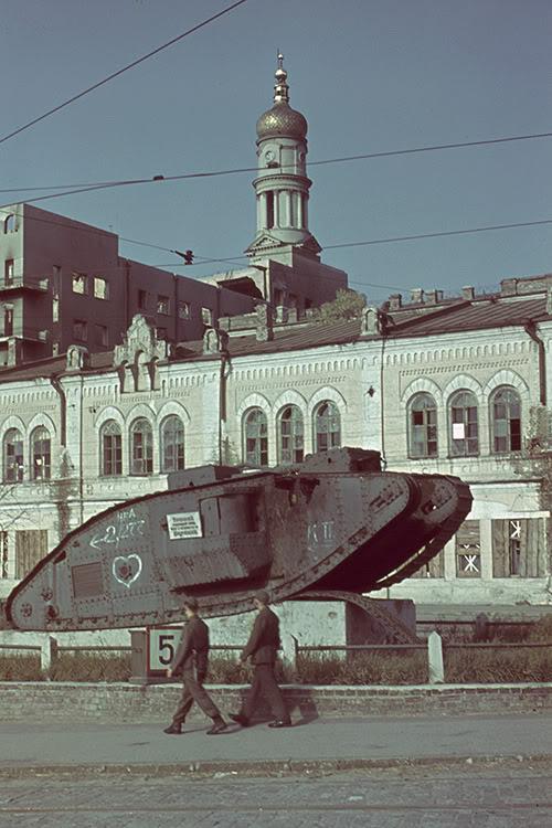18. Немецкий патруль на фоне танка Mark V возле Исторического музея в Харькове. В начале 1940-х годо