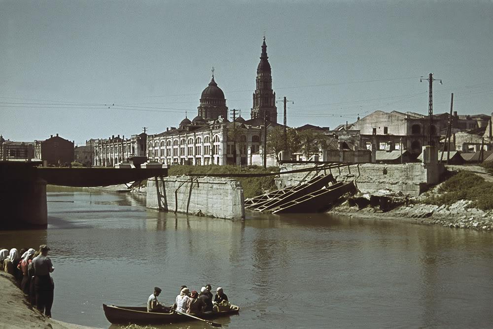 23. Лодочная переправа через реку Лопань. На фоне — взорванный при отступлении советских войск мост