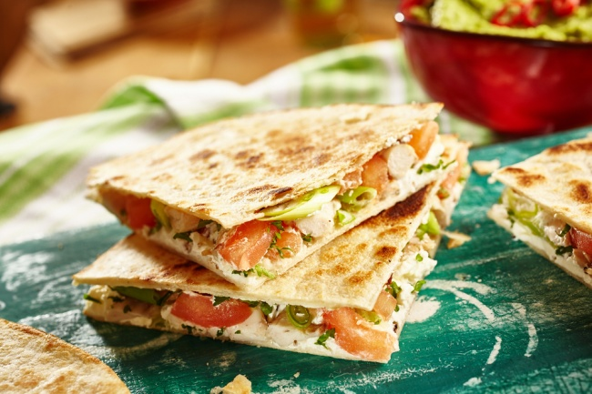 Ингредиенты: 1пшеничная лепешка, лаваш или тортилья 1помидор, нарезанный ломтиками 1шарик сыра мо
