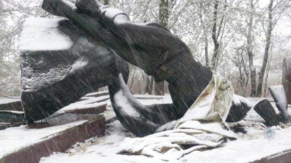 Вгосударстве Украина безработные попытались сдать монумент Неизвестному Офицеру наметаллолом