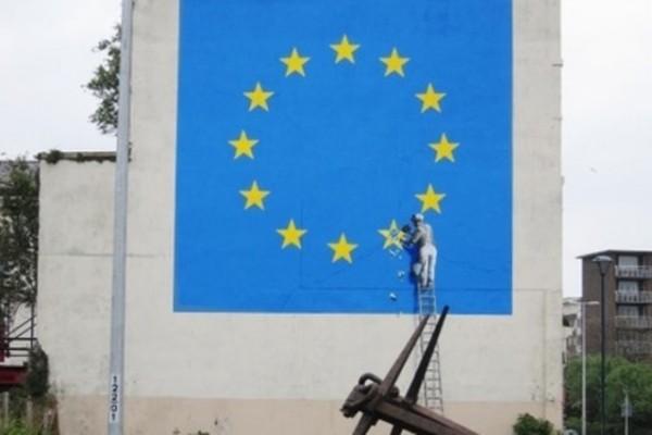 Бэнкси нарисовал на помещении вДувре флагЕС без одной звезды