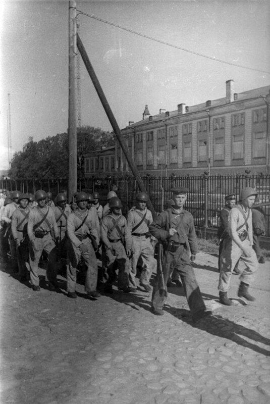 Отряд моряков-краснофлотцев Кронштадта отправляется на сухопутный фронт. 1942 г.