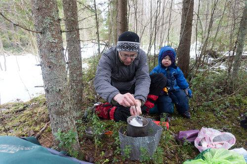 варим обед на горелке в лесу в пешем походе с ребенком