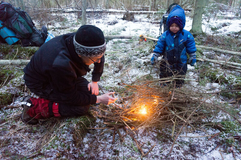 разжигание костра в пешем походе с ребенком