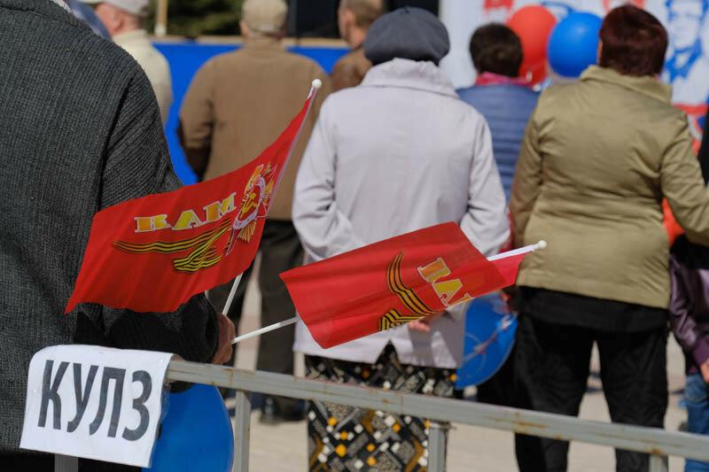 красные флаги в руках у мужчины