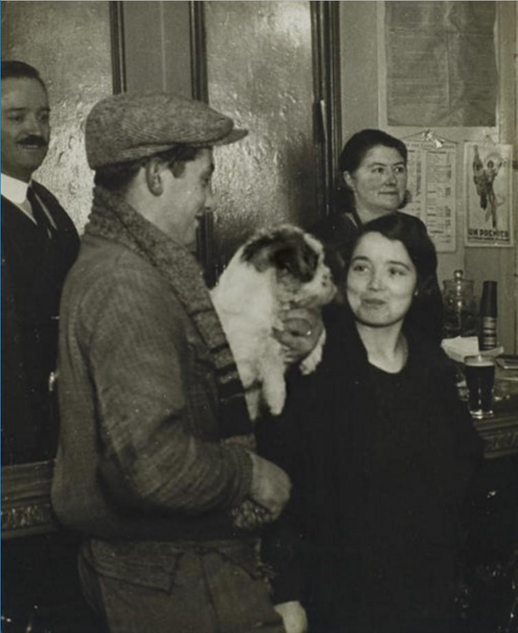 1930. Пара с собакой в бистро
