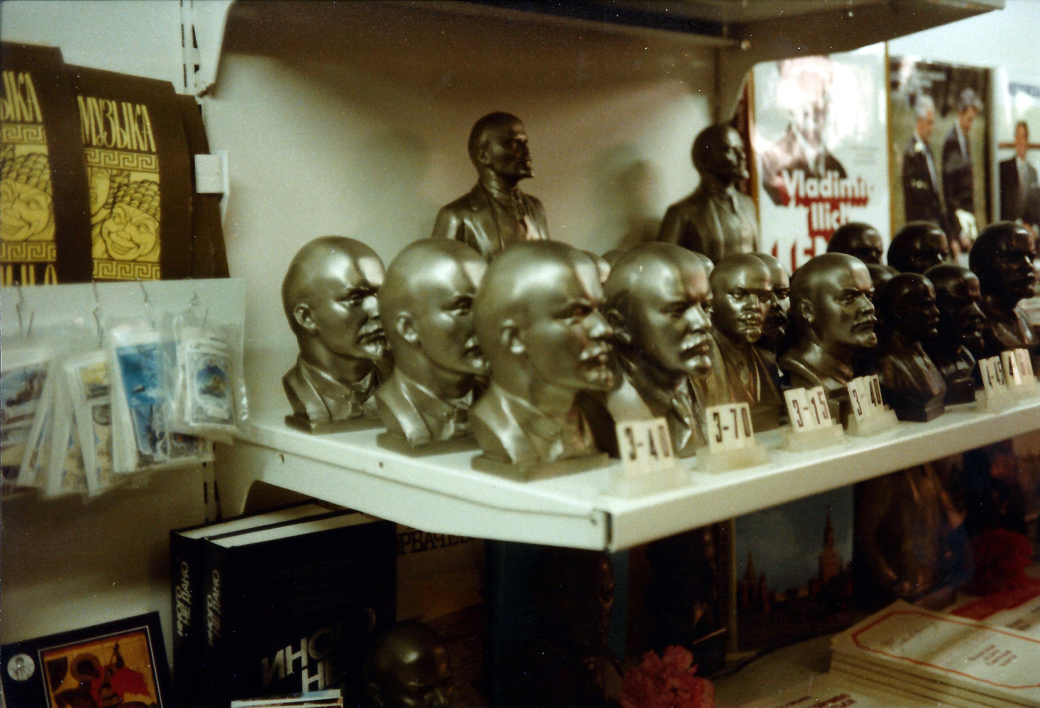 Статуи Ленина для продажи в сувенирном магазине в Москве апрель 1989 года
