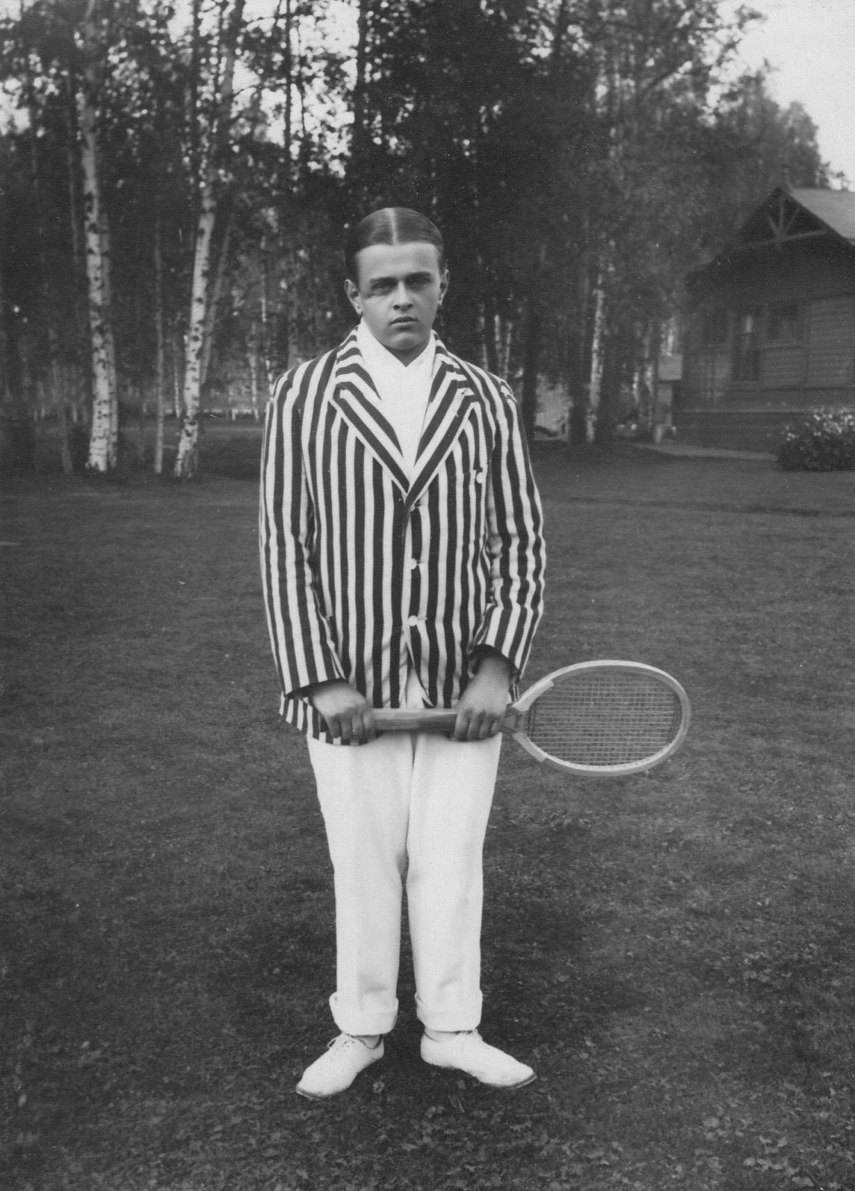 11. Сын А. Д. Макферсона - Роберт Артурович Макферсон III с теннисной ракеткой
