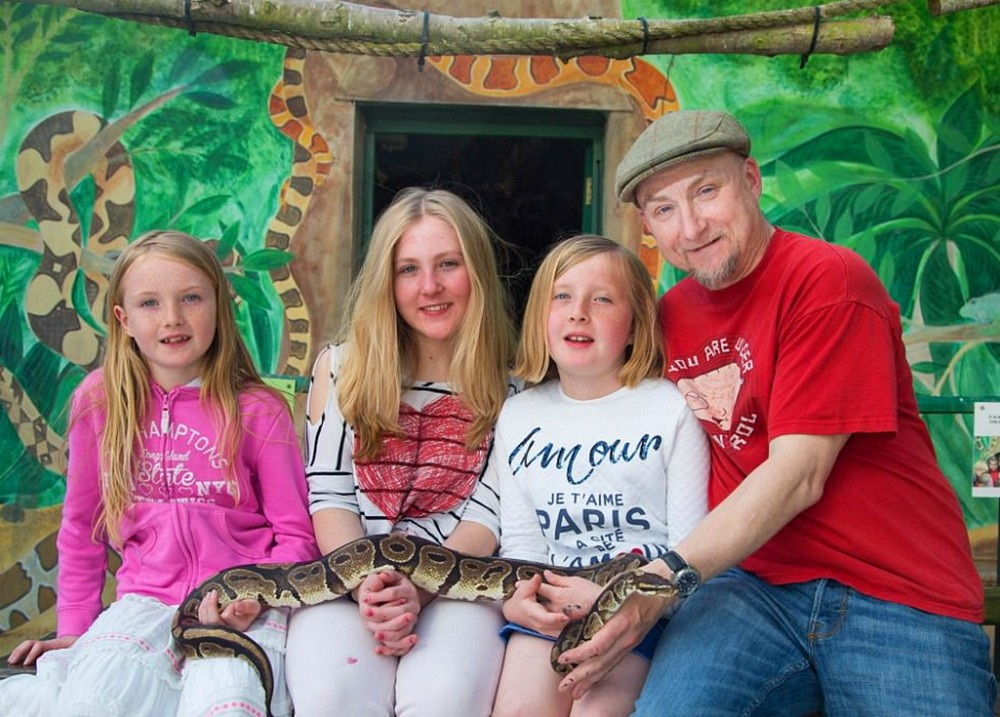 To fulfill the dream of children, the family moved to live in the zoo for £ 625 thousand to 300 animals