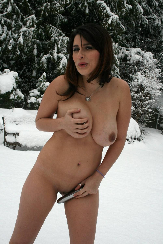Дженнифер разделась зимой на улице