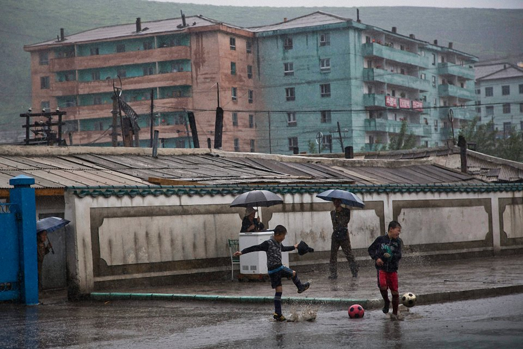 7. Мальчишки играют в футбол на улице города Hyesan в провинции Ryanggang. (Фото: AP Photo / David G