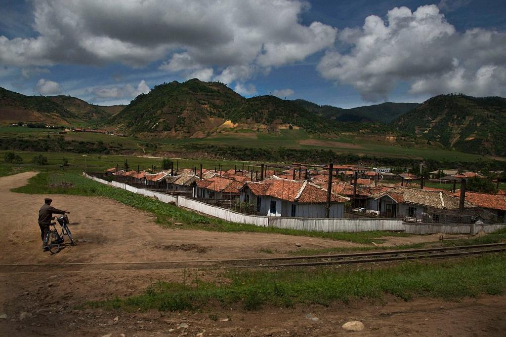 12. Мужчина направляется к деревне. Провинция Hamgyong. (Фото: AP Photo / David Guttenfelder)
