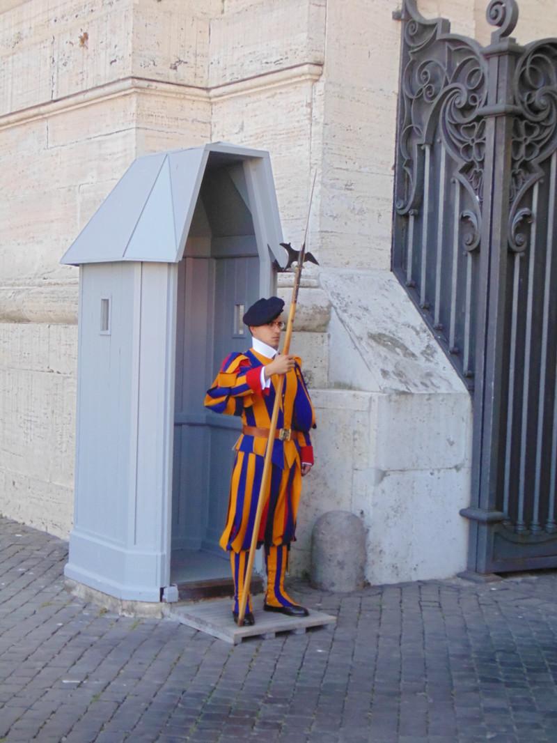 Швейцарская охрана Ватикана. Он живой)) За два дня гуляний по Риму устали жутко, но количество впеча