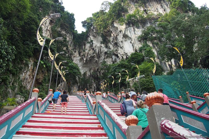 Слева от статуи лестница, ведущая к пещерам Бату. Внутри находится храм. Его построил богатый индийс