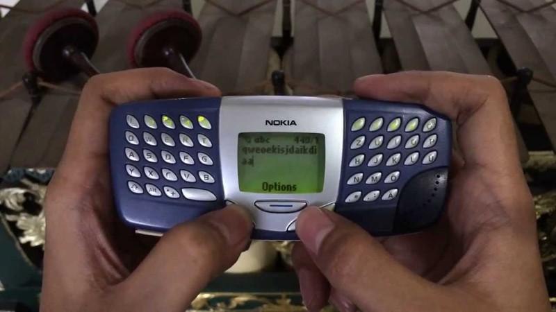 Телефон ещё с монохромным дисплеем на три текстовые строки, но уже с полноценной QWERTY-клавиатурой.