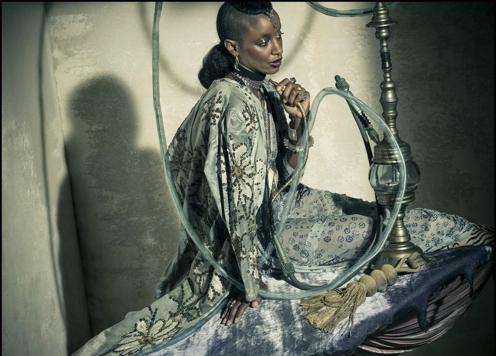 Модель Зои Бедо (Zoe Bedeaux) — Гусеница. Идея выпустить календарь только с темнокожими моделями был