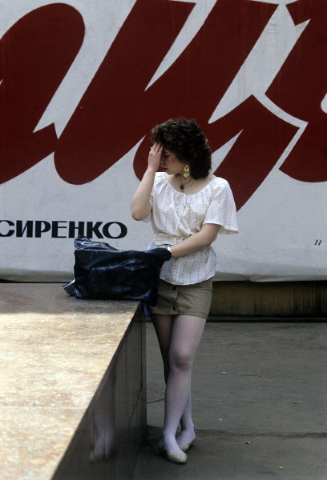 Девушка на Арбате в Москве, 1990 год. Малиновые пиджаки у мужчин К середине 90-х часть мужчин из спо