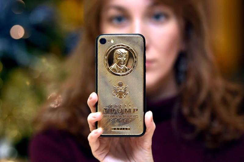 Позолоченный iPhone 7 с выгравированным лицом Дональда Трампа и ценой в 197 000 рублей.