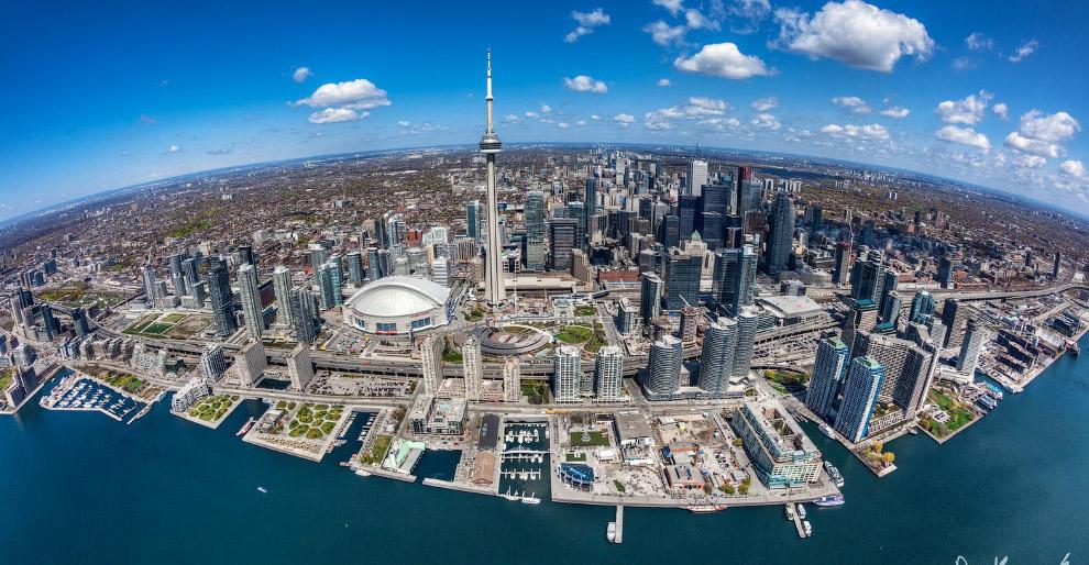 Главной достопримечательностью окрестностей Торонто является Ниагарский водопад . Он расположен