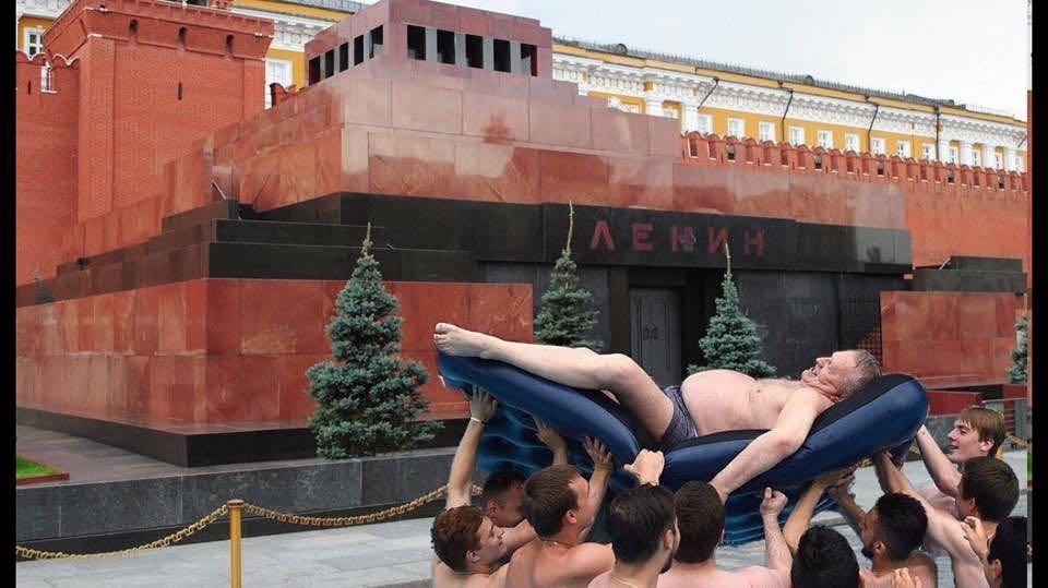 Пошел по рукам: Жириновский на матрасе стал новым мемом
