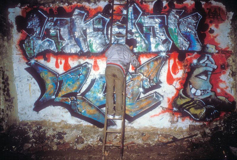 Граффити-художник заканчивает работу, Нью-Йорк.
