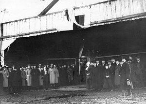 Участники открытия летательного сезона 1912 года у ангара