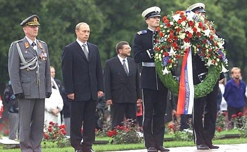 1 из 2. Возложение цветов на могилы президентов Финляндии маршала Карла Маннергейма и Урхо Кекконена на мемориальном кладбище «Хиетаниеми».
