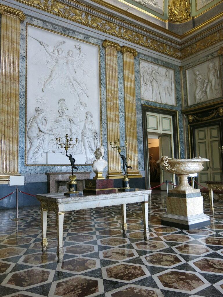 Caserta,_la_reggia_(18592745144).jpg