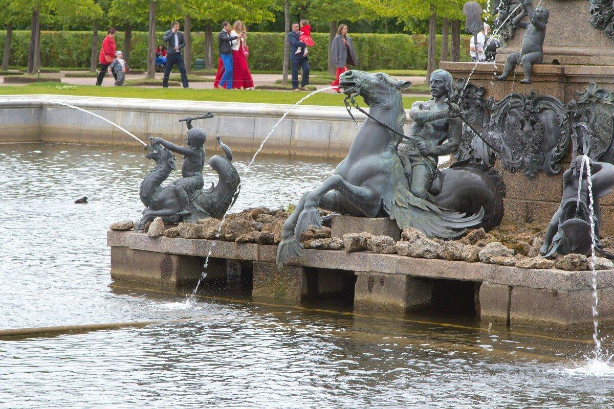 Фонтан «Нептун» - фонтанные статуи «верховые» на лошадях