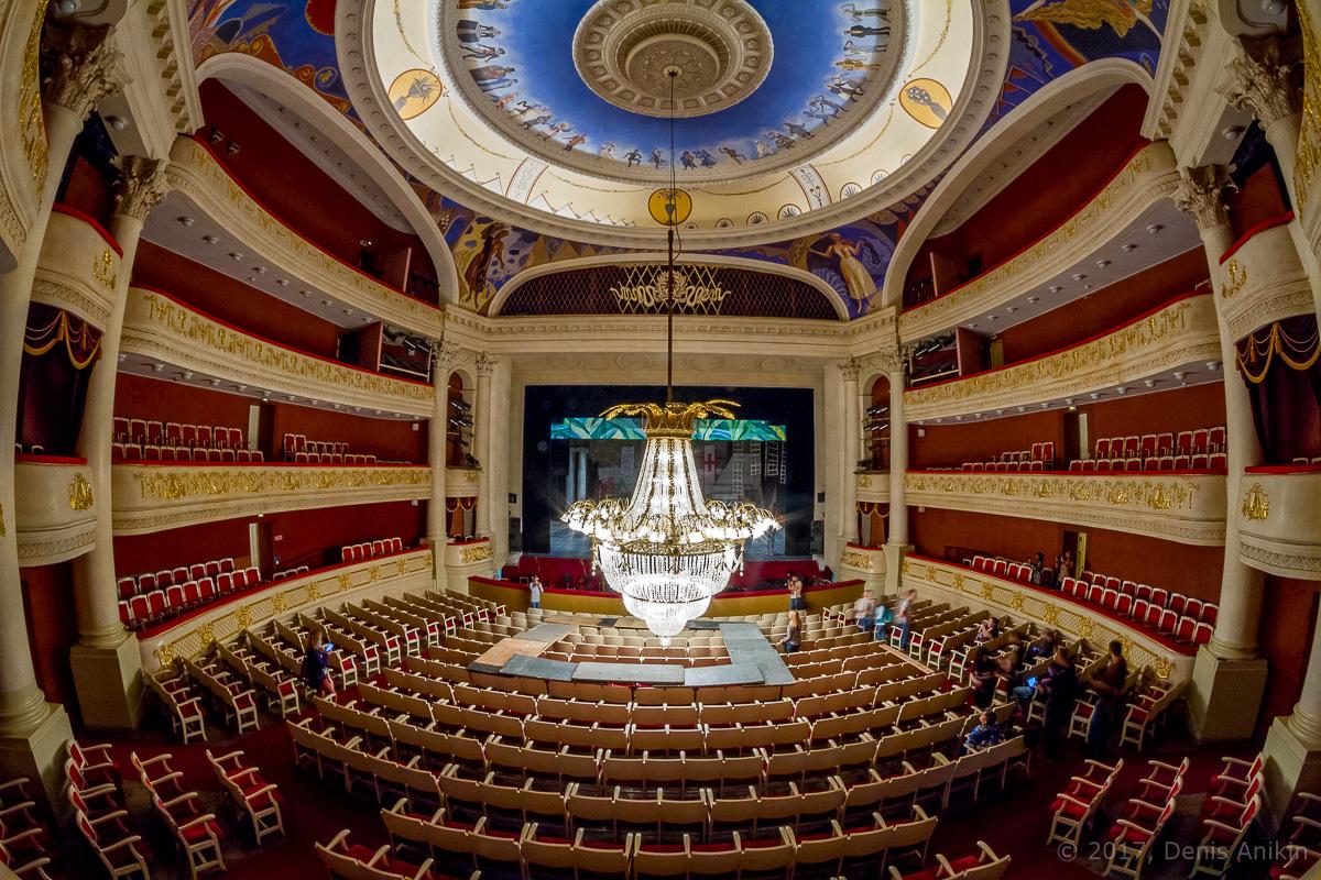 опускают люстру в театре оперы и балета фото 12