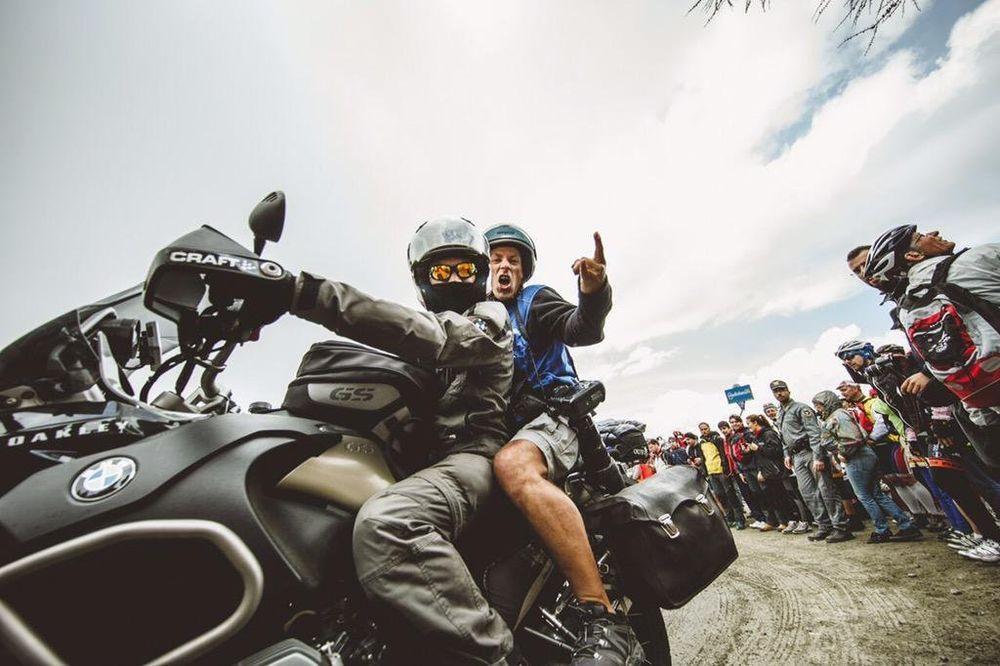 Мотоциклист Ким Тибергин - перевозчик фотографов, снимающих велогонки