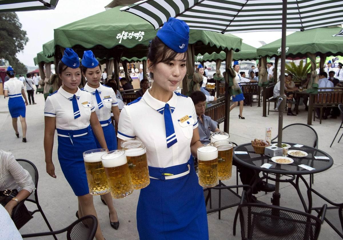 На нашей улице открылася пивная: Северокорейские официантки