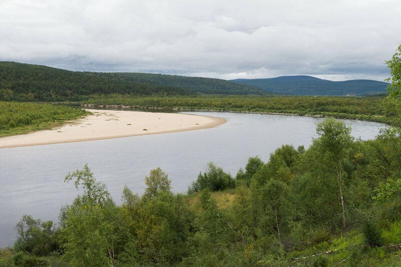 красивый пейзаж с рекой в заполярье в норвегии