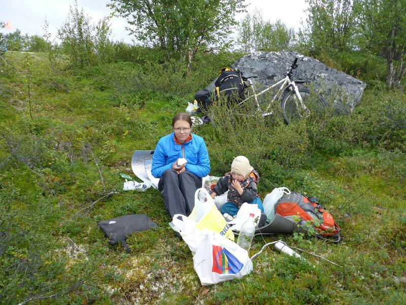 обед в тундре в велопоходе с ребенком по северной норвегии, Финнмарк