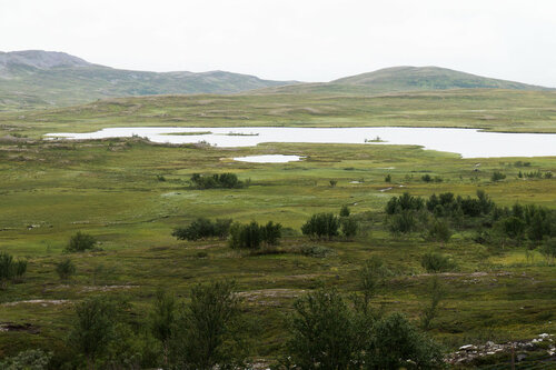 северный пейзаж с озером и горами в норвегии, финнмарк