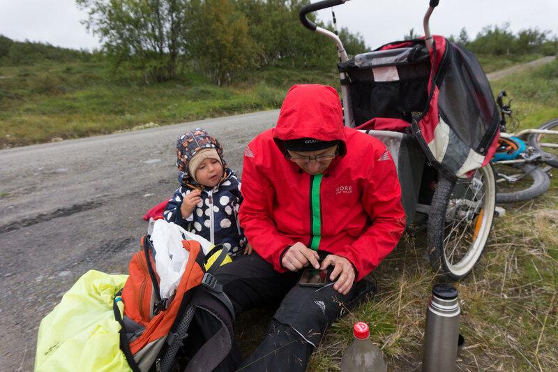 папа и ребенок смотрят прогноз в походе
