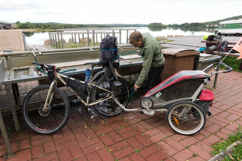 мойка велосипедов из шланга на пристани в рованиеми перед посадкой в поезд