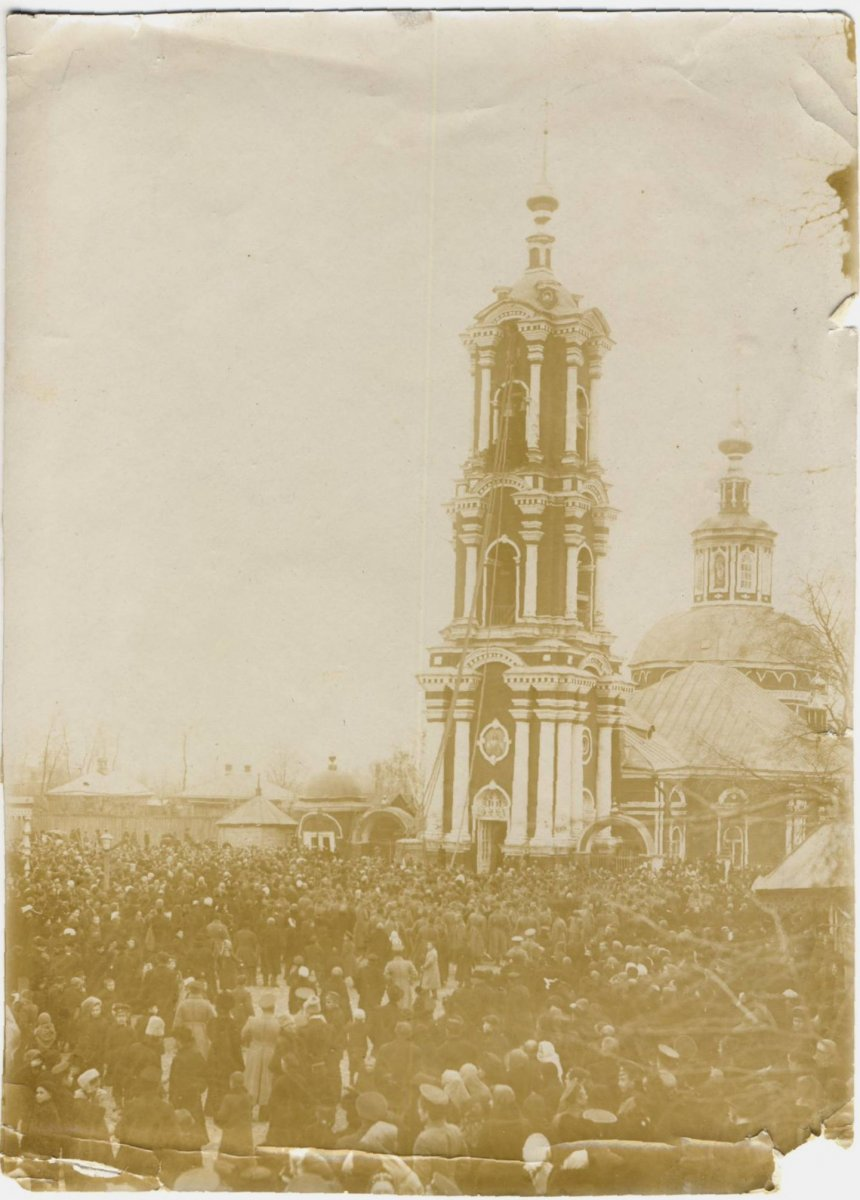 Церковь Воскресения Сгонного во время подъема колокола