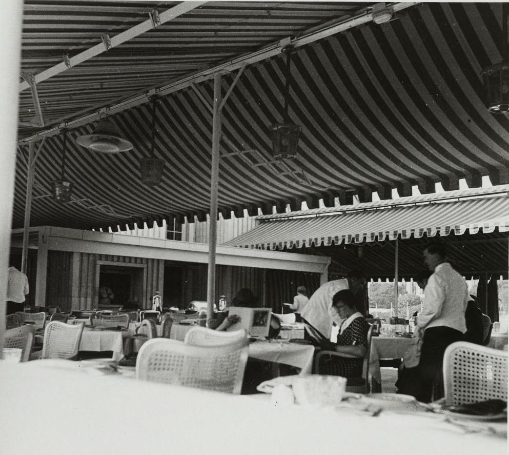 В помещении ресторана, расположенного на крыше германского павильона