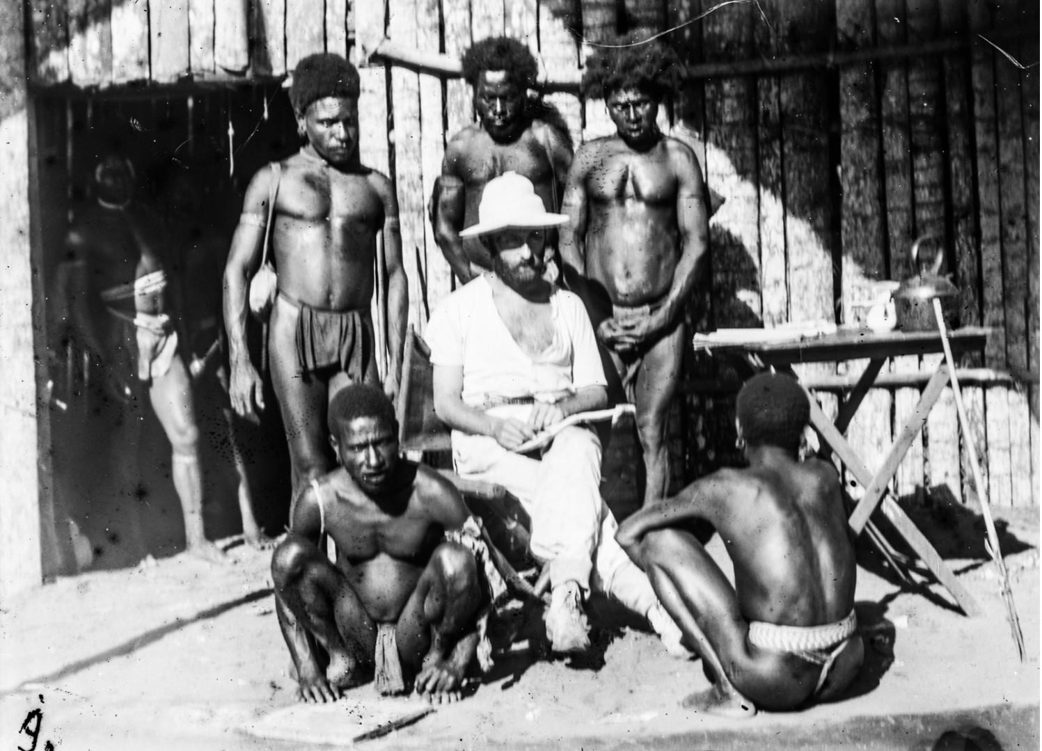 Др. Отто Шледжинхауфен (в центре) с местными жителями