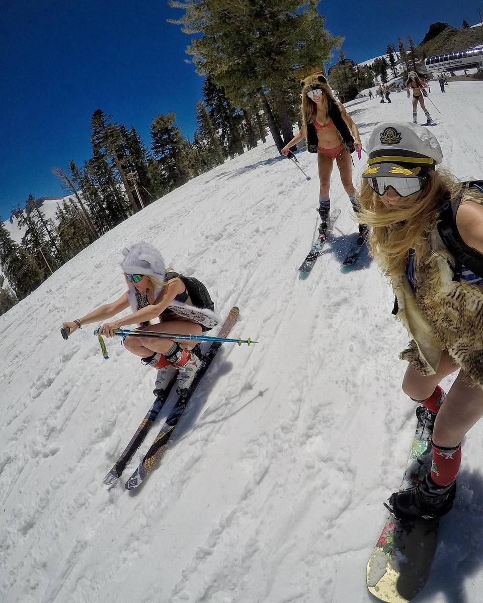 Летом на лыжах можно и в бикини кататься