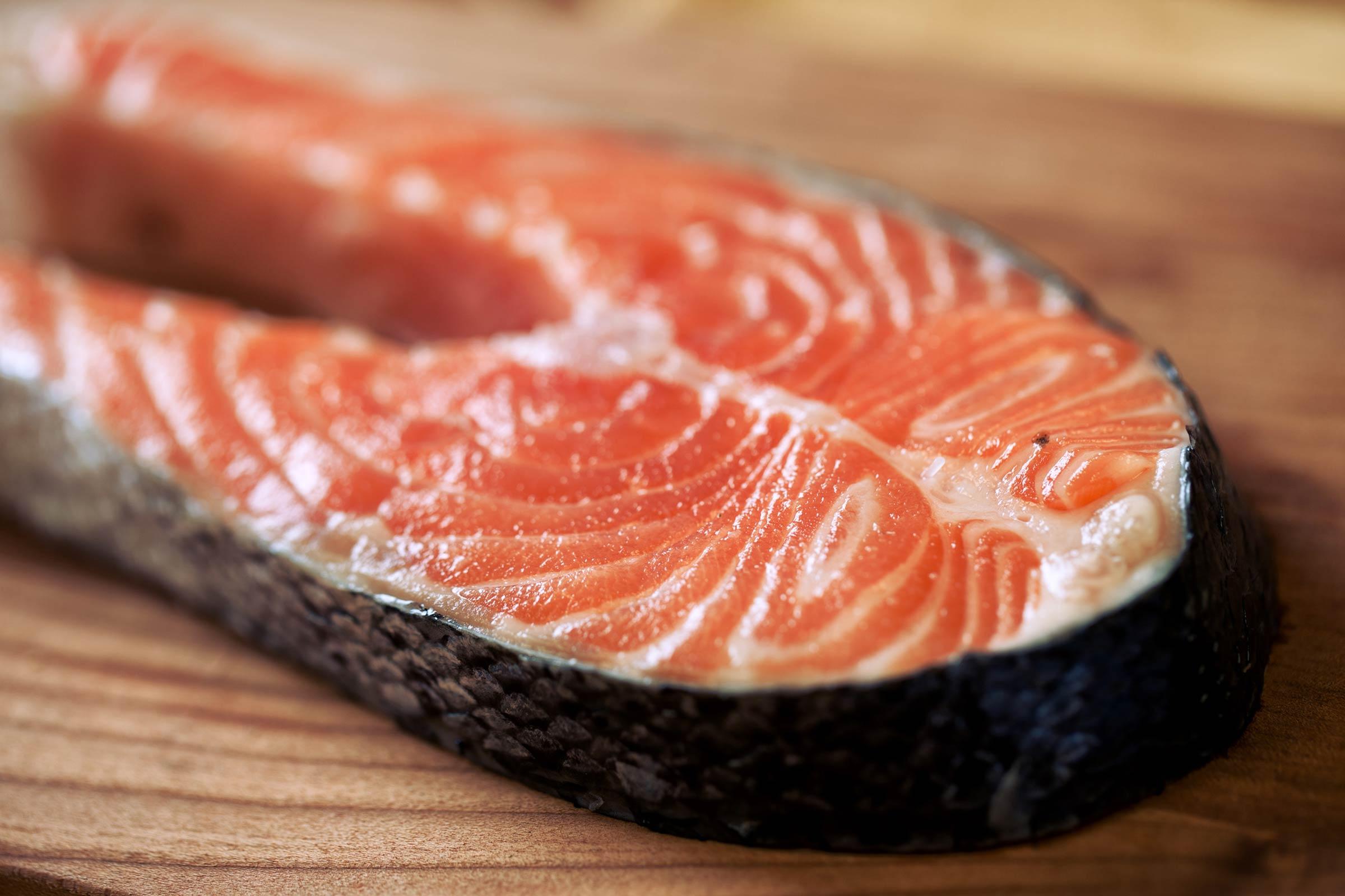 Лосось — крайне ценный с точки зрения питания сорт рыбы. Однакоэто относится к дикой рыб