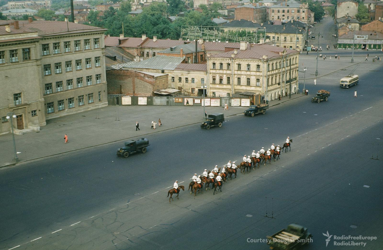 Конный расчет направляется по Садовой-Сухаревской улице к центру, слева видна Самотечная улица.