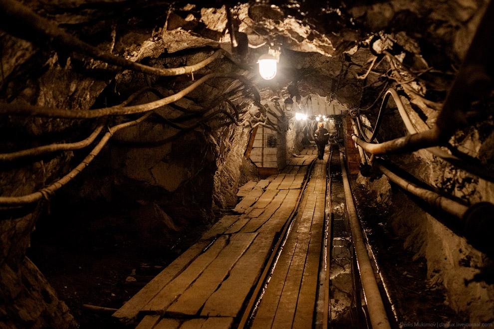 4. Никогда не думал, что вход в шахту может начинаться внутри двухэтажного дома-администрации,