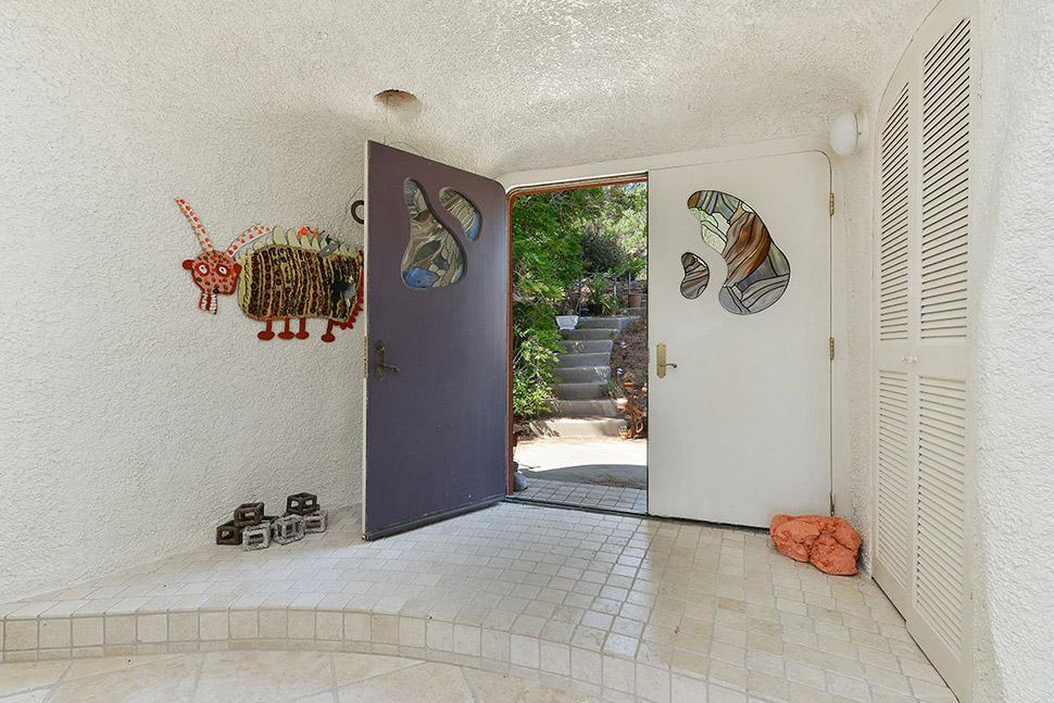 Дом, рассчитанный на одну семью, изнутри украшают изразцы и уникальные художественные работы, которы