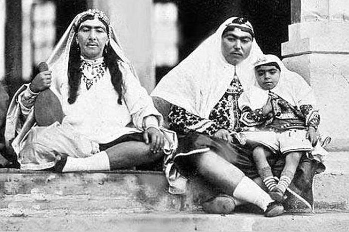 5. Несравненная Анис аль-Долех — любимая жена шаха (справа). Экстраординарность фотографий его налож