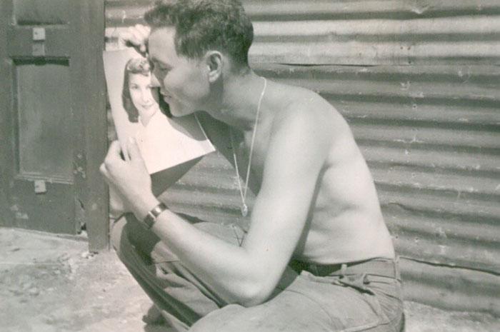 «Во время Корейской войны бабушка отправила дедушке свою фотографию. Он послал ей в ответ этот снимо