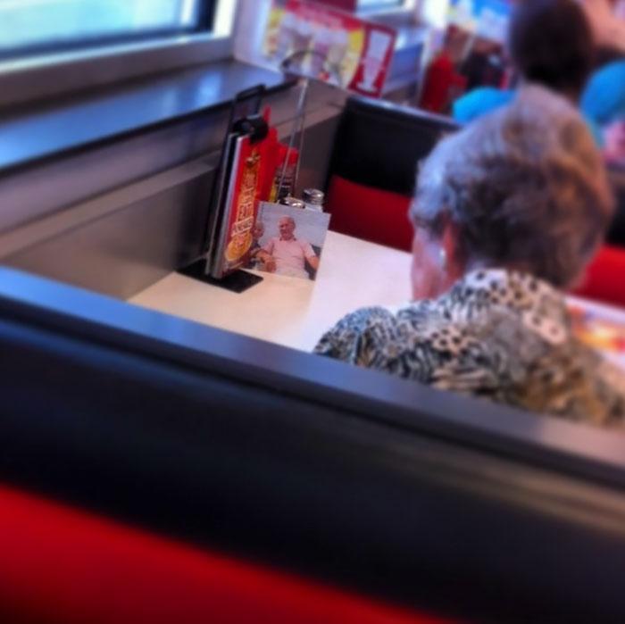 «Моя девушка работает в закусочной. К ней каждый день приходит женщина, которая обедает с фото своег