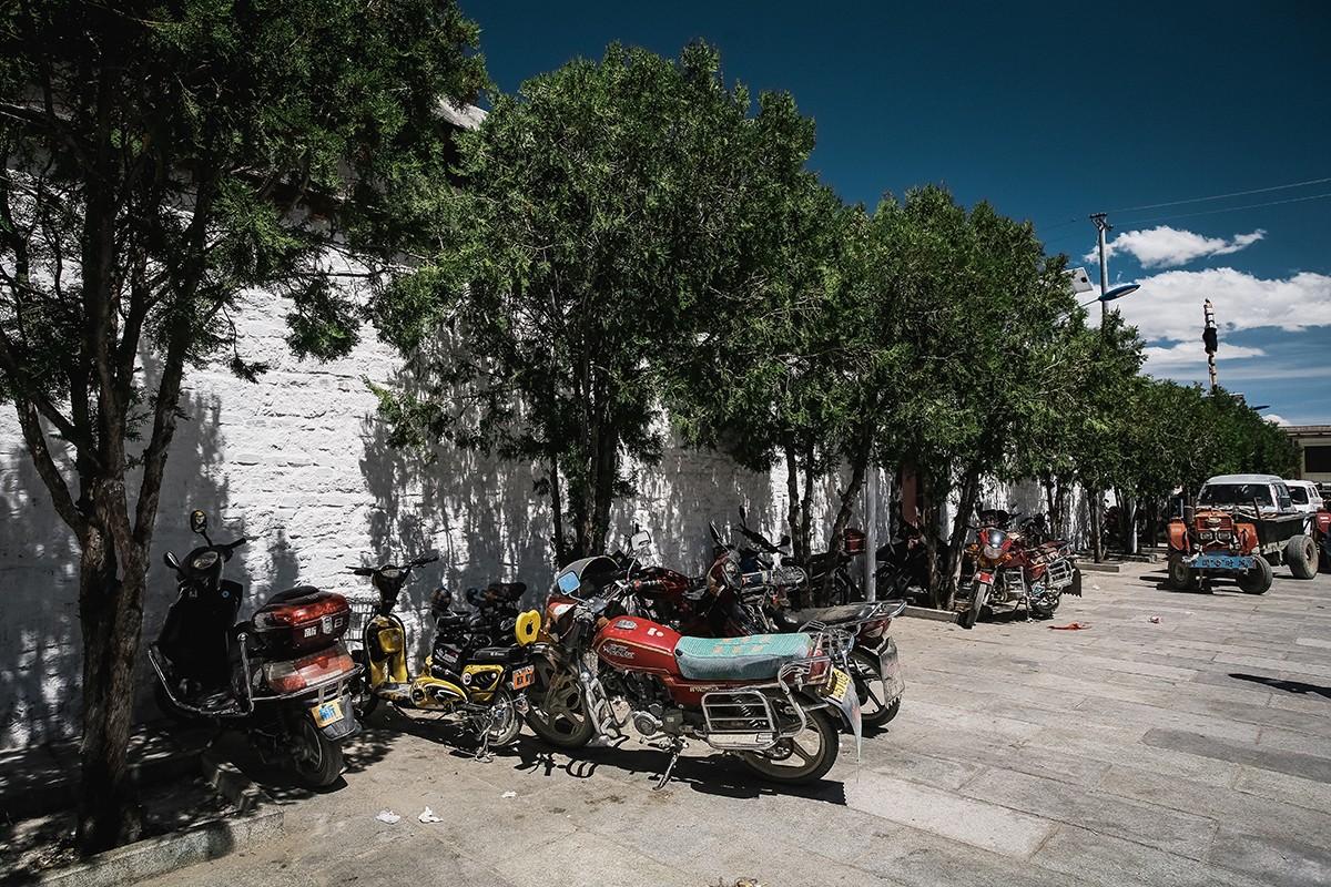 2. Мотоцикл — любимое средство передвижения для многих тибетцев. Среди посетителей монастыря он тоже